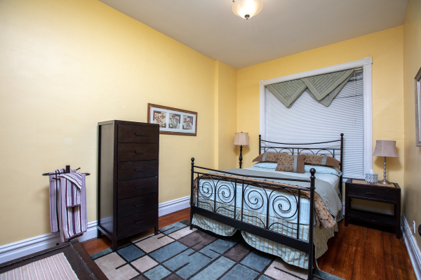 Queen Bedroom of the 1st floor Wrigley Flats Vacation Rental in Chica