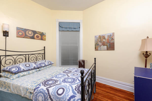 Queen Bedroom of the 2nd floor Wrigley Flats Vacation Rental in Chica